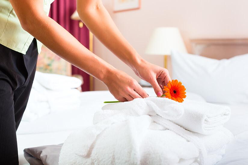 Bettenmachen und Zimmerservice in der Pension