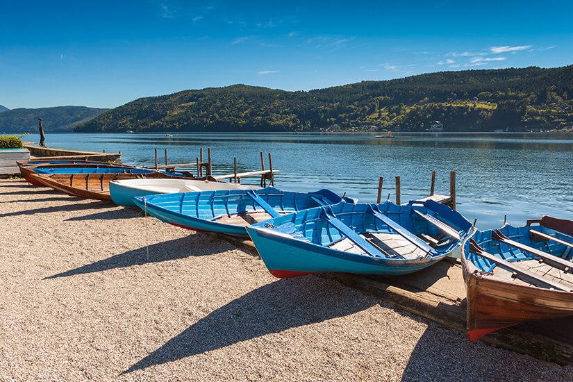 Ruderboote am Seeufer