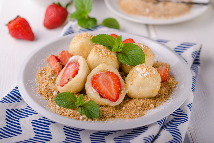 Pierogi gefuellt mit Erdbeeren