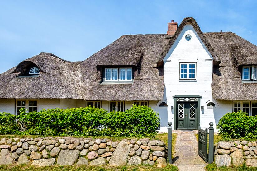 Typisches Haus mit Reetdach auf Sylt
