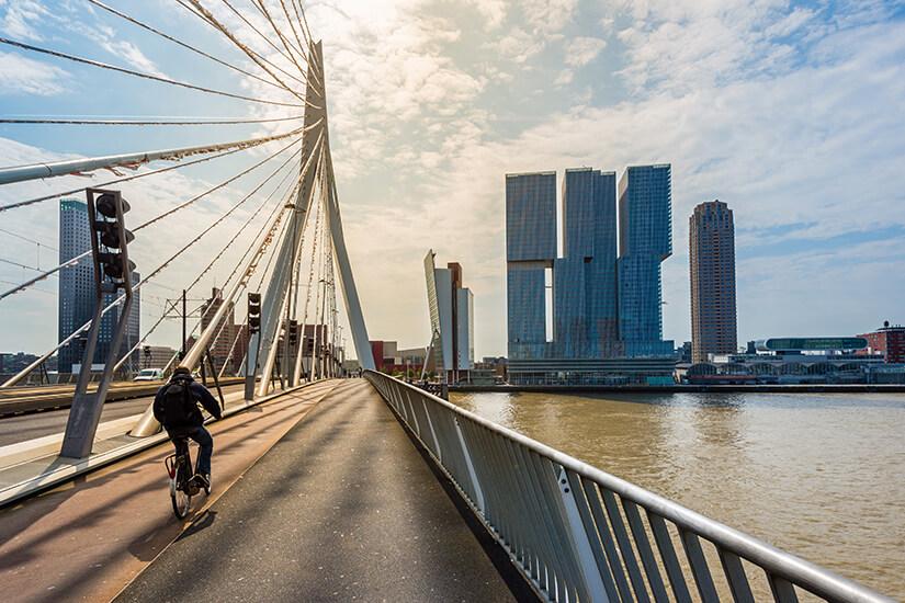 Mit dem Fahrrad ueber die Erasmusbruecke