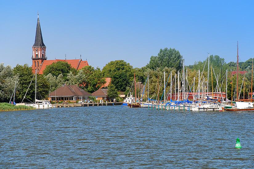 Hafen und Kirche von Wustrow
