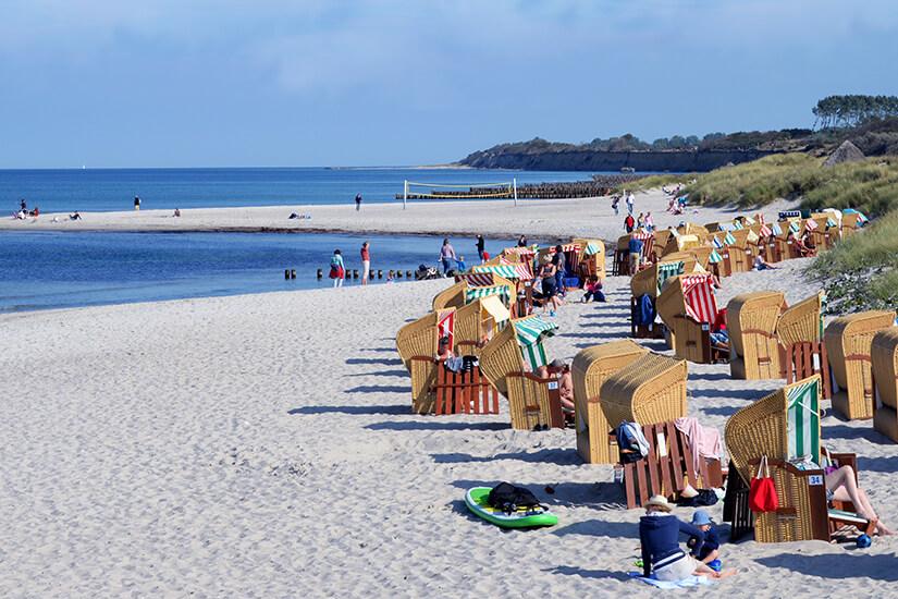 Strandkoerbe am Strand von Wustrow