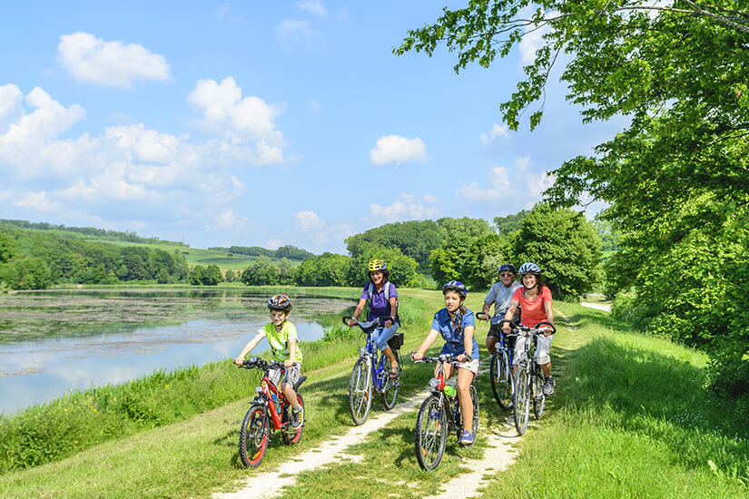 Familie bei einer Fahrradtour durchs Gruene