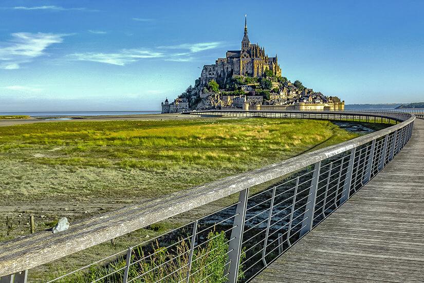 Breiter Holzsteg nach Mont-Saint-Michel