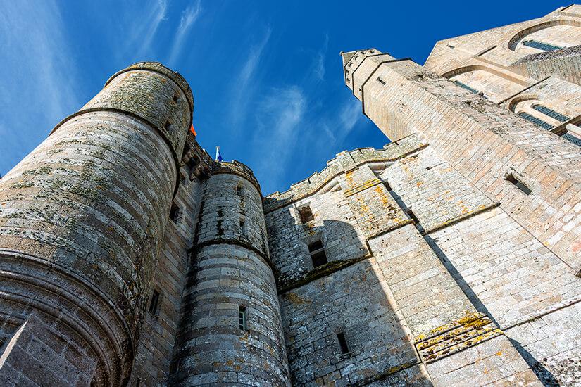 Le Mont-Saint-Michel-Die Mauern der Abtei ragen in den Himmel