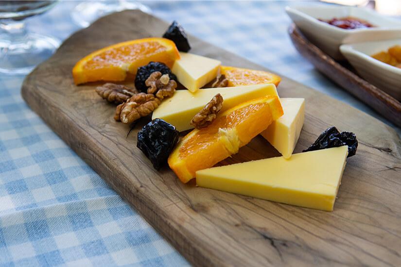 Regionaler Kaese und Obst aus Alacati
