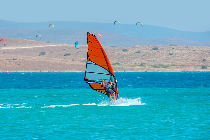 Vor Alacati herrschen beste Bedingungen fuer Surfer