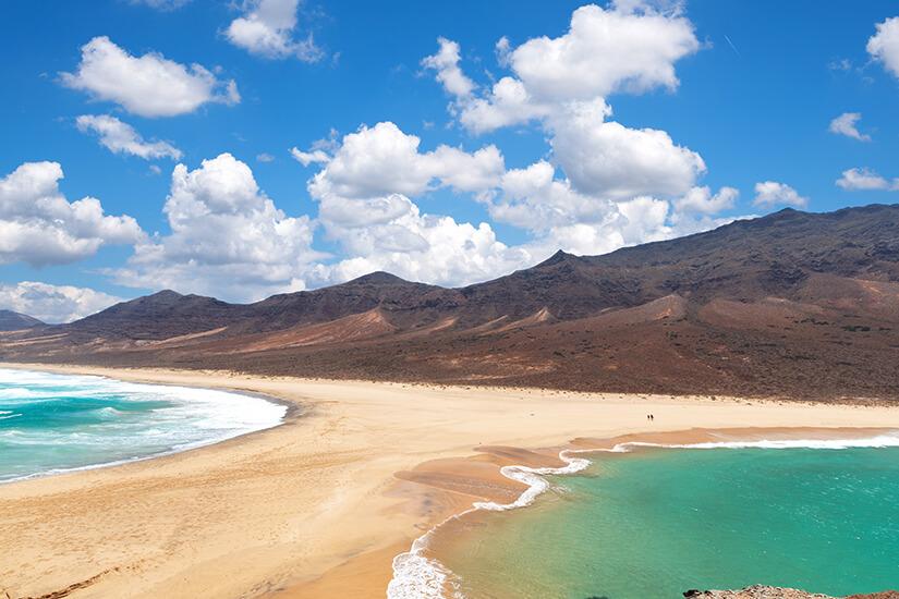 Azurblaues Wasser an der Kueste Fuerteventuras