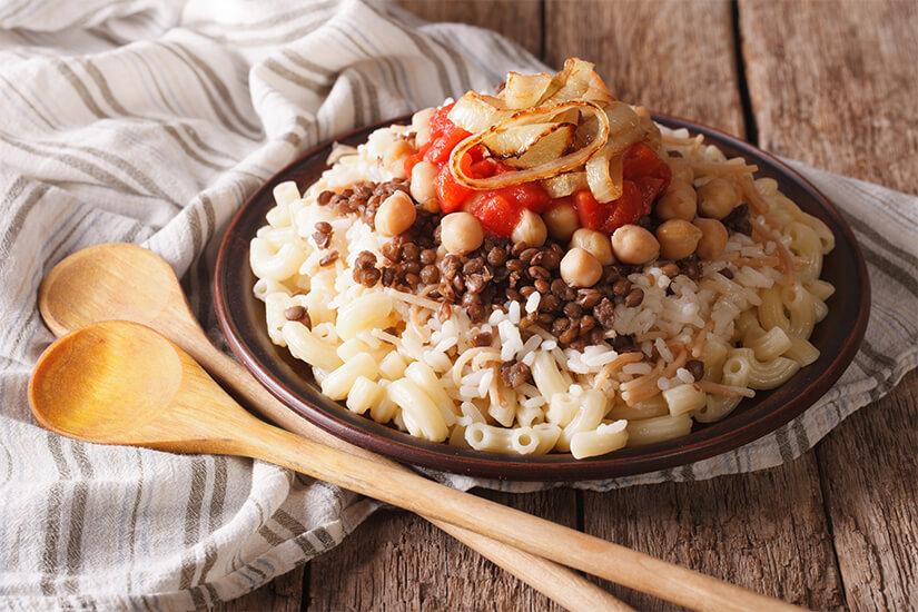 Koshari mit Reis, Nudeln und Kichererbsen