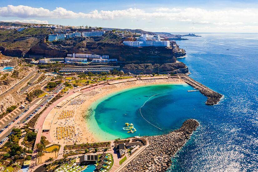 Die Playa de Amadores liegt geschützt