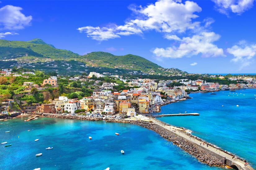 Blick auf die Insel Ischia in Italien