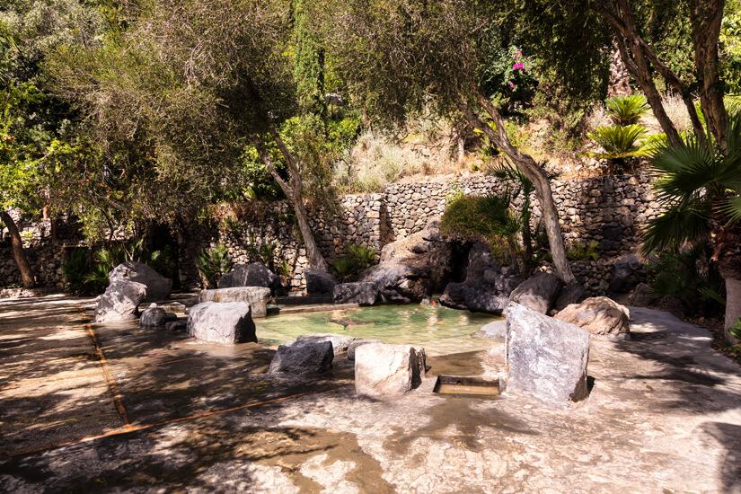 Natuerliches Becken im Thermalpark Negombo