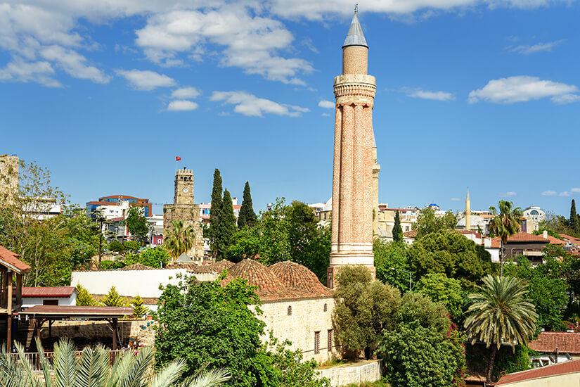 Unverwechselbares Minarett der Yivli Minare Moschee