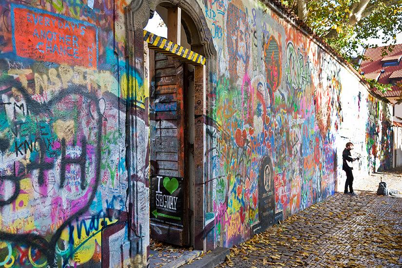 John Lennon Wall mit Graffitis