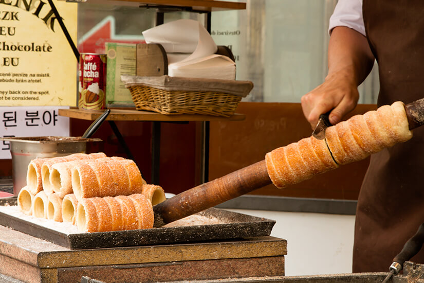 Baumstriezel mit Zimt und Zucker bestreut