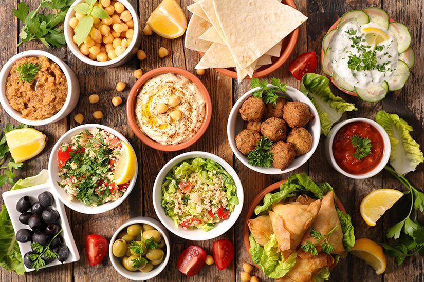 Auswahl an vegetarischen arabischen Speisen