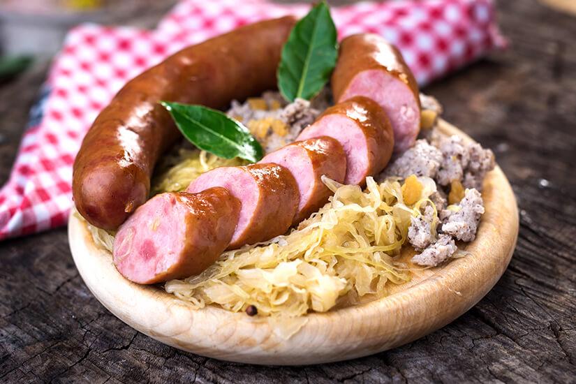 Typisch slowenisch Wurst und Sauerkraut