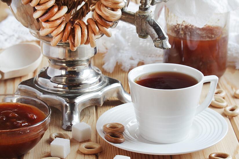 Tee aus dem Samowar und Warenje