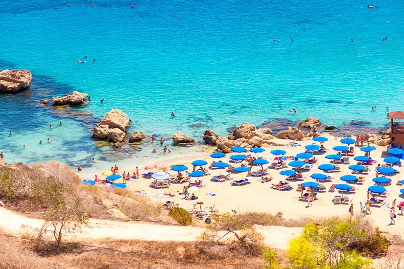 Belebter Strand von Konnos