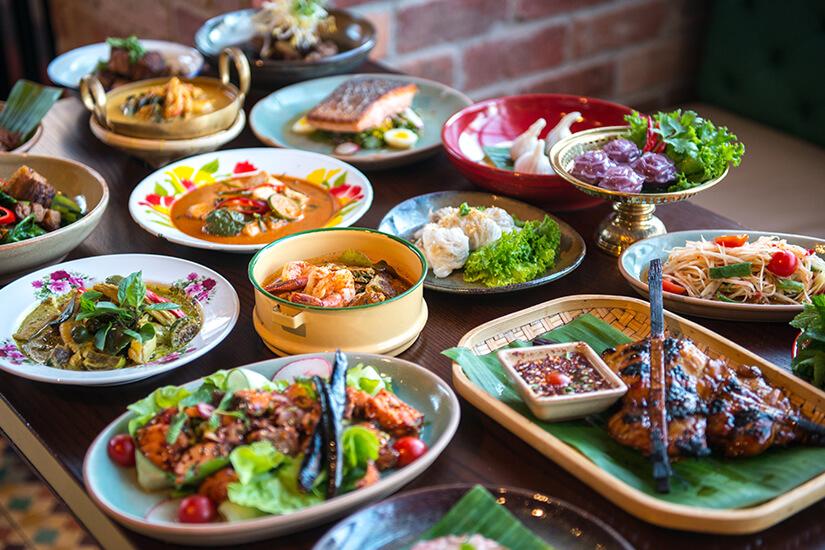 Auswahl an thailaendischen Speisen