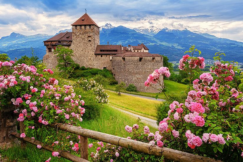 Schloss Vaduz, im Hintergrund die Alpen