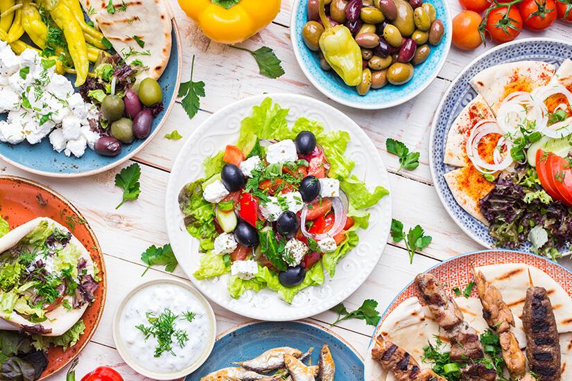 Auswahl an griechischen Speisen