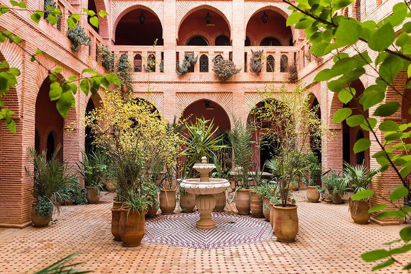 Typischer Innenhof mit Pflanzen in Marrakesch