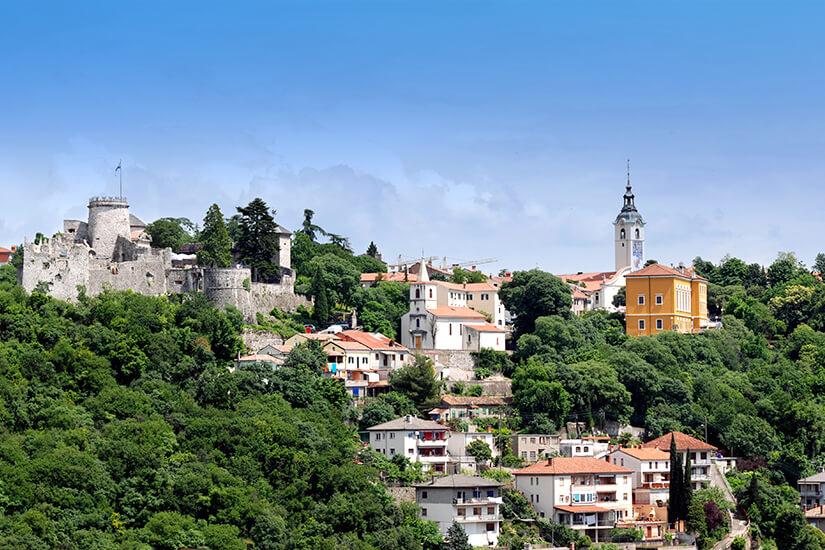 Die Burg Trast thront ueber Rijeka