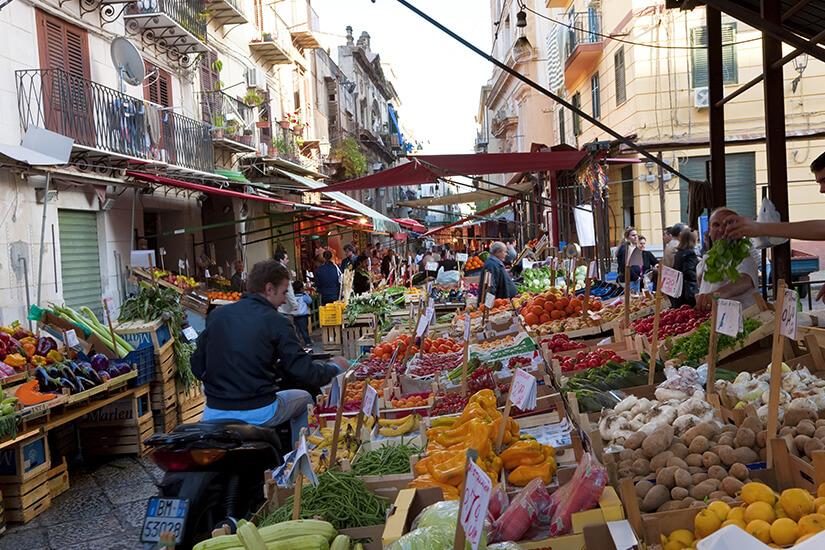 Bunter Markt in Palermo