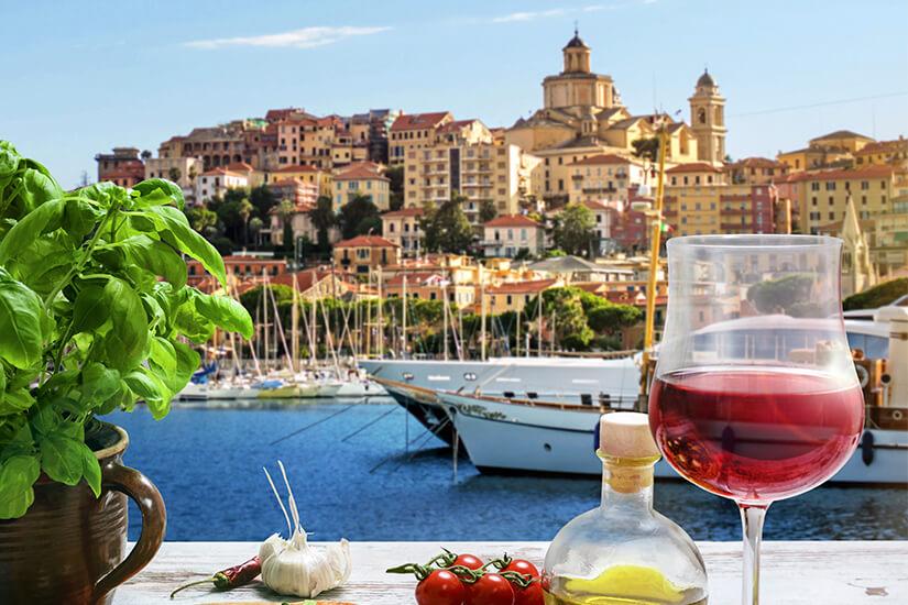 Pizza und Wein am Hafen von Imperia