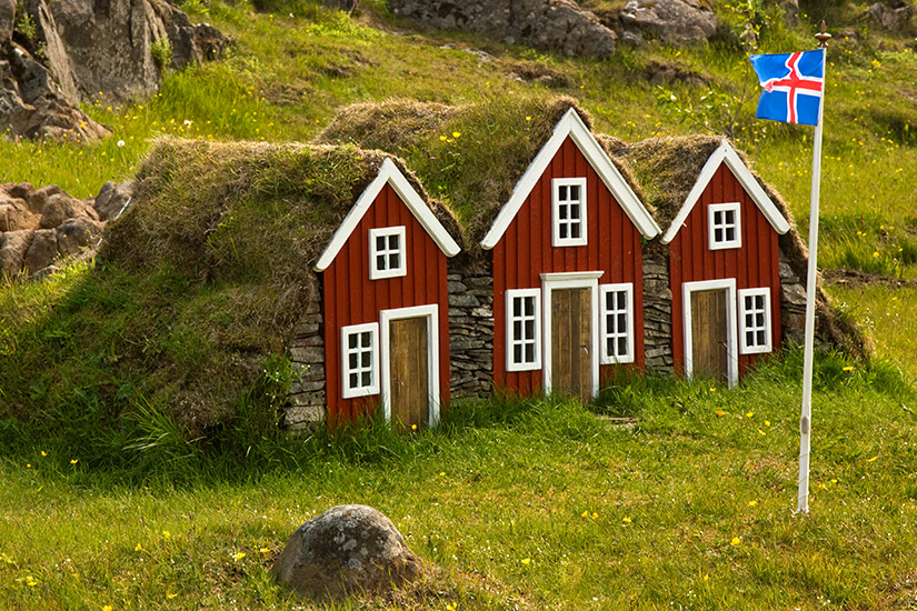 Typische kleine Haeuser in Island