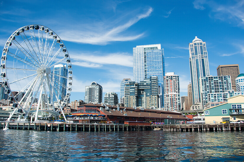 Waterfront mit Riesenrad in Seattle
