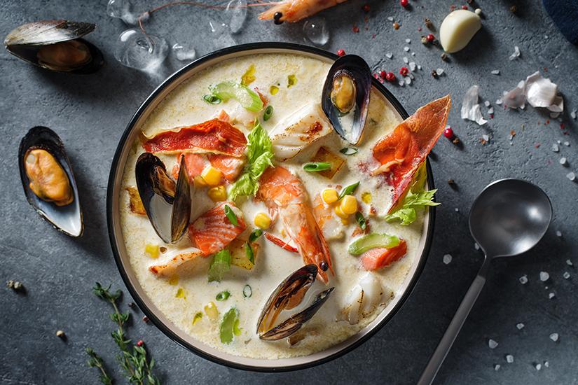 Typisch Neuengland Suppe mit Muscheln und Shrimps