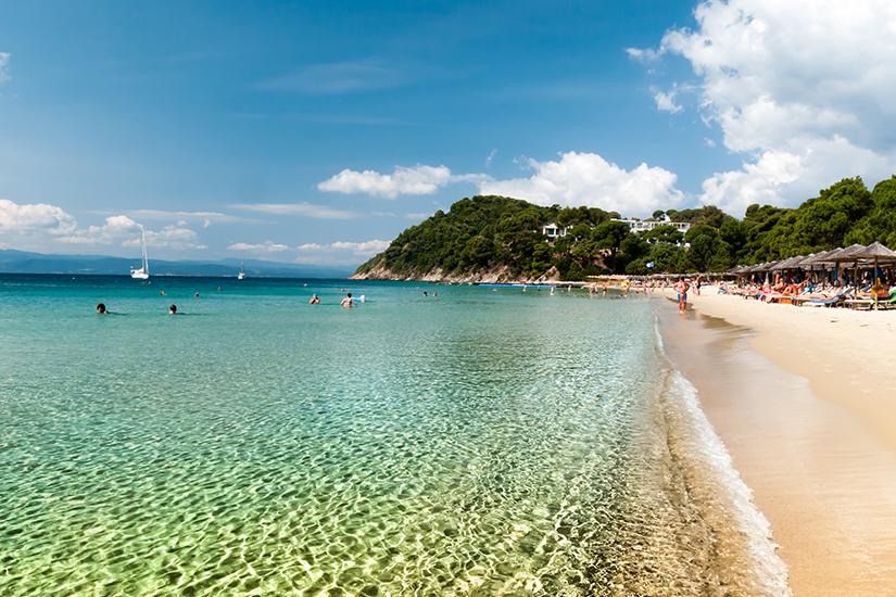 Koukounaries Strand mit glasklarem Wasser