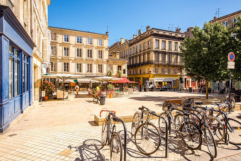 Sommerlicher Platz in Bordeaux