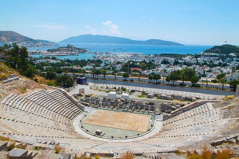 Sehenswertes Amphitheater mit Blick aufs Meer