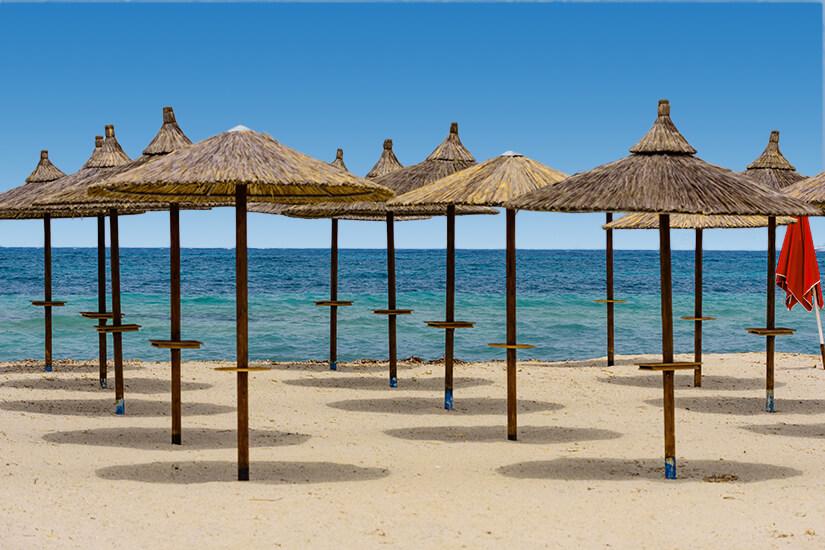 Tigaki Beach mit Sonnenschirmen