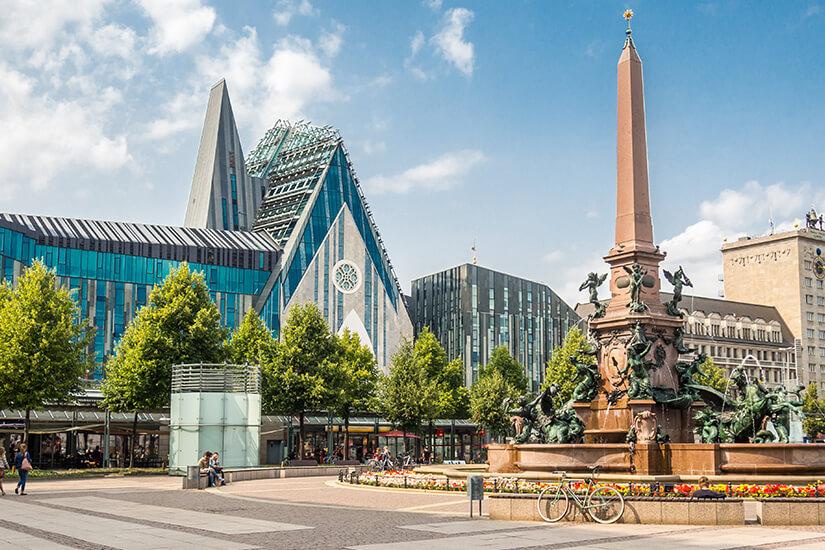 Augustusplatz mit Universitaet und Paulinum