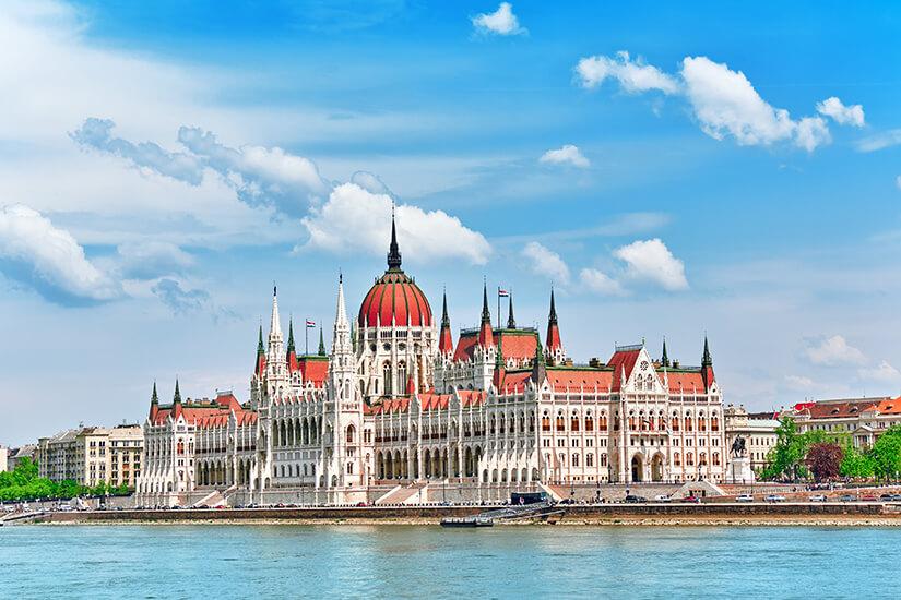 Ungarisches Parlament direkt an der Donau