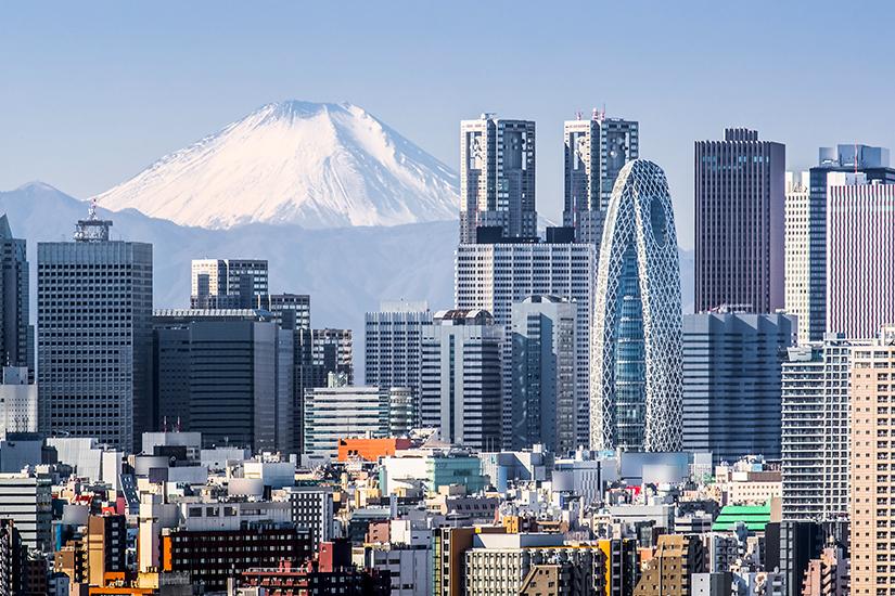 Wolkenkratzer vor dem Mount Fuji