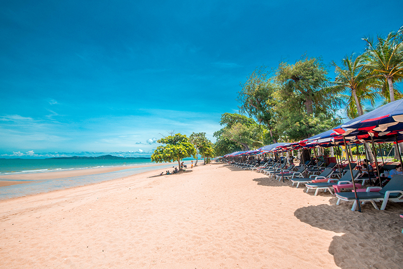 Jomtien Beach mit Sonnenliegen