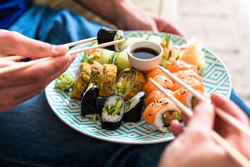 Sushi mit rohem Fisch