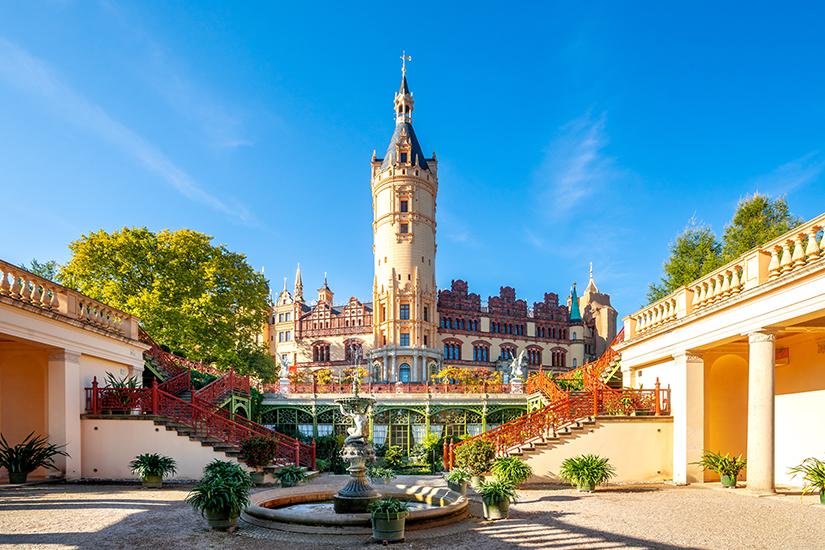 Innenhof des Schweriner Schlosses im Sonnenschein