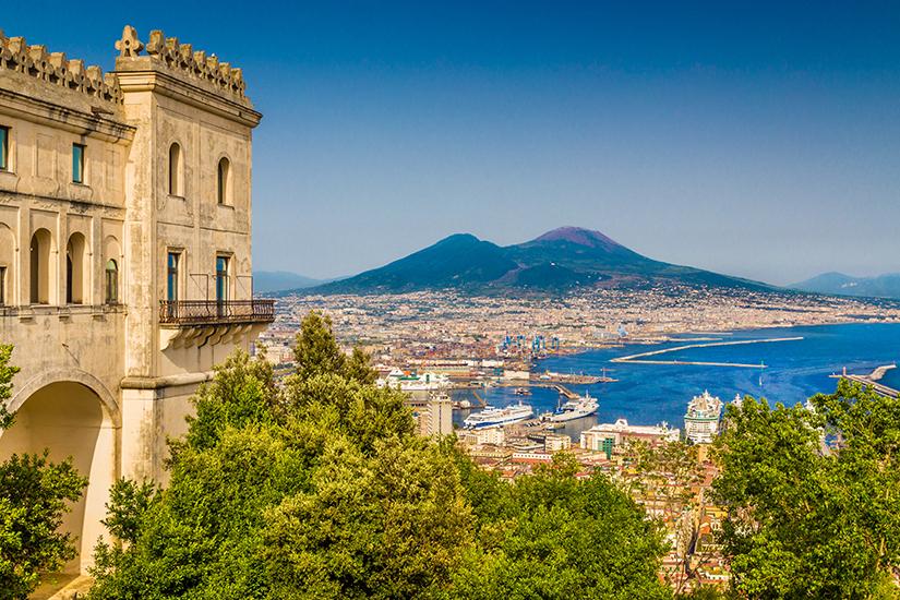 Blick von Neapel auf den Vesuv