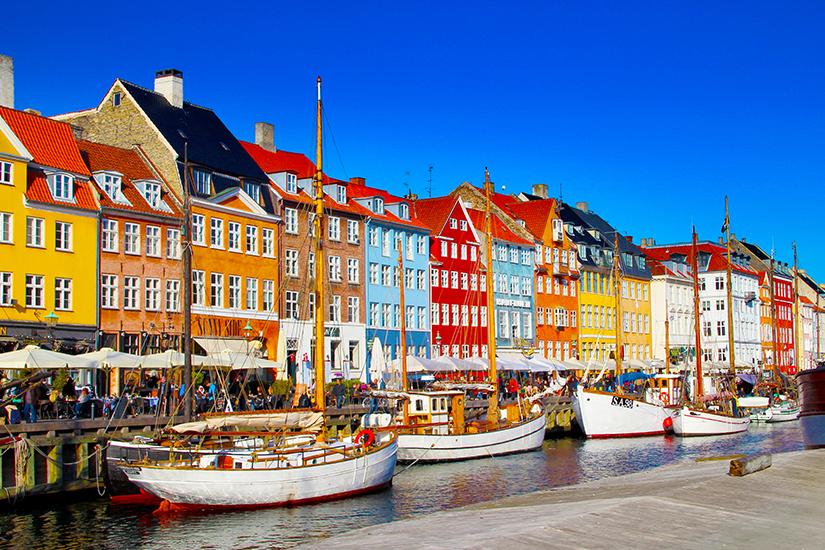 Bunte Haeuser am Nyhavn in Kopenhagen