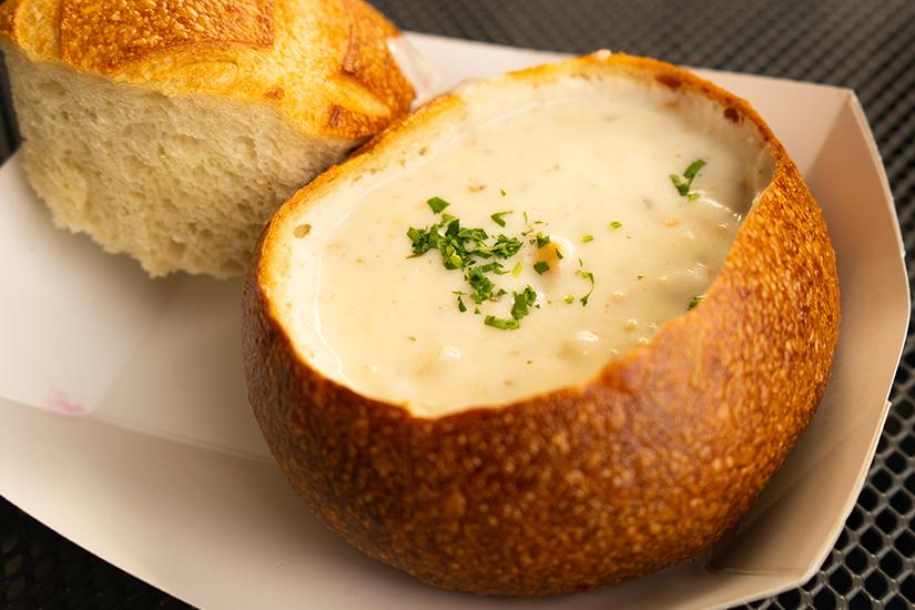 Cremige Suppe in der Brotschale