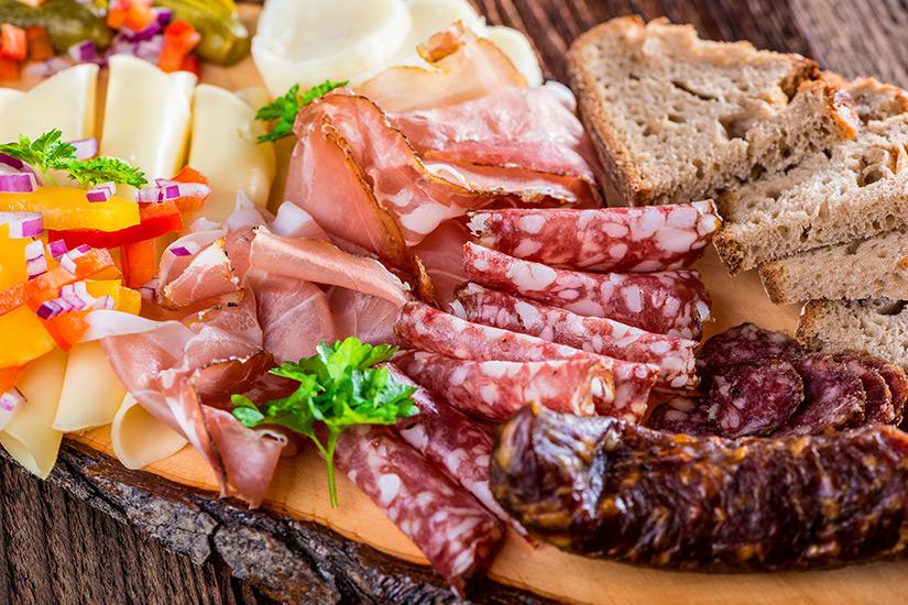 Brettljause mit Wurst und Brot