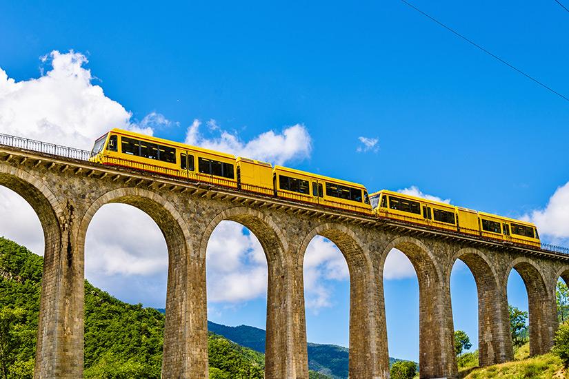 Gelber Zug auf der Sejourne Bruecke
