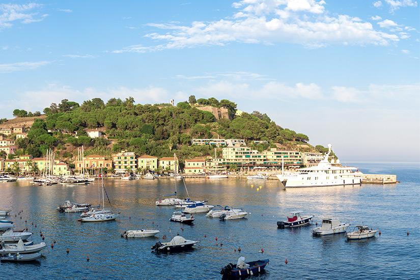 Blick auf das malerische Porto Azzurro